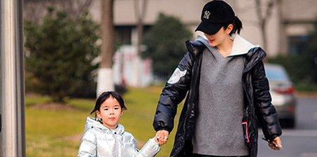 黄奕带女儿街头玩耍 母女俩牵手温馨有爱