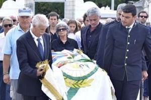 穆里尼奥为父亲送葬 神情难过落寞