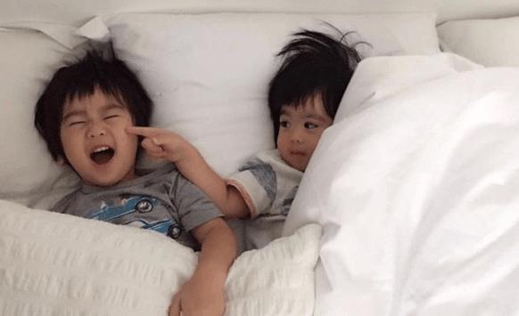 林志颖妻子晒双胞胎萌照 弟弟戳哥哥脸蛋有爱