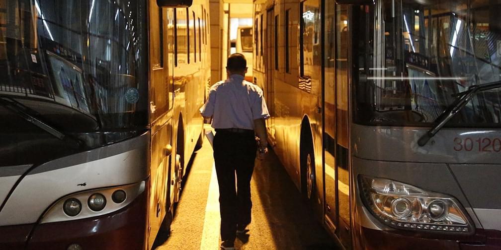 """夜班公交司机:最怕下雪天""""地穿甲"""""""