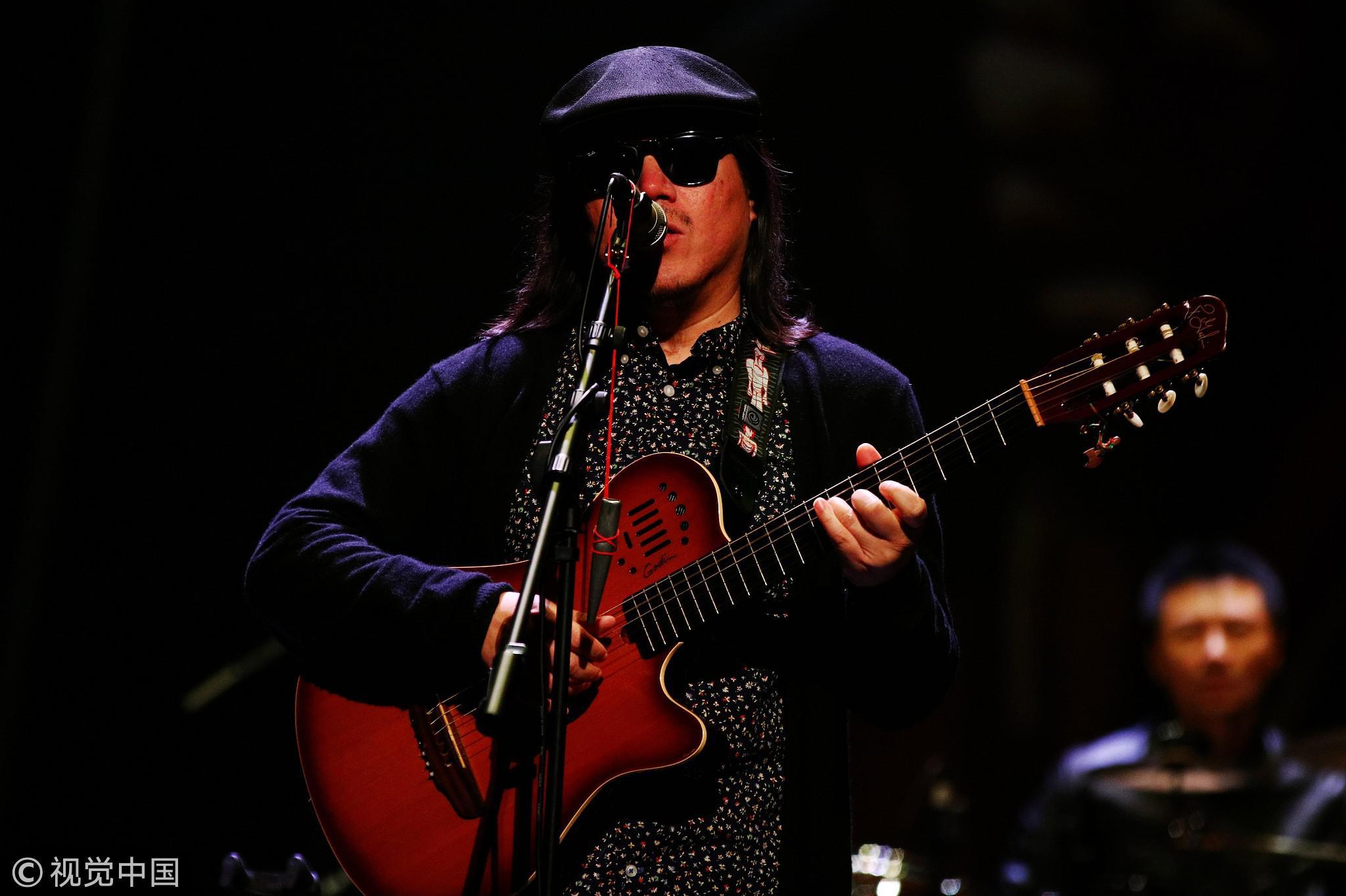 2015年11月27日,北京,盲人歌手周云蓬演出,他的代表作是《中国孩子》。/视觉中国