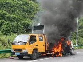 广西河池一轿车高速路追尾环卫车后突然起火