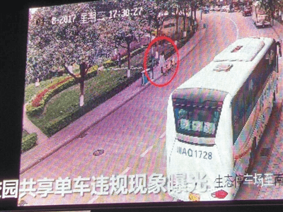 高校大屏曝光共享单车不文明使用者