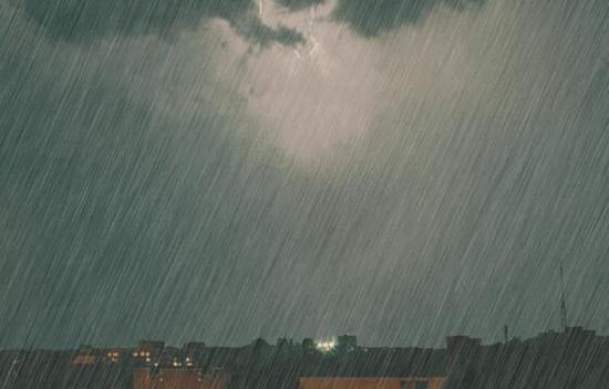 小学生暴雨中扶老人过马路 被积水冲倒溺水身亡