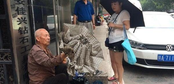 79岁大爷修伞一月轻松挣6千元 自称像在拾钱