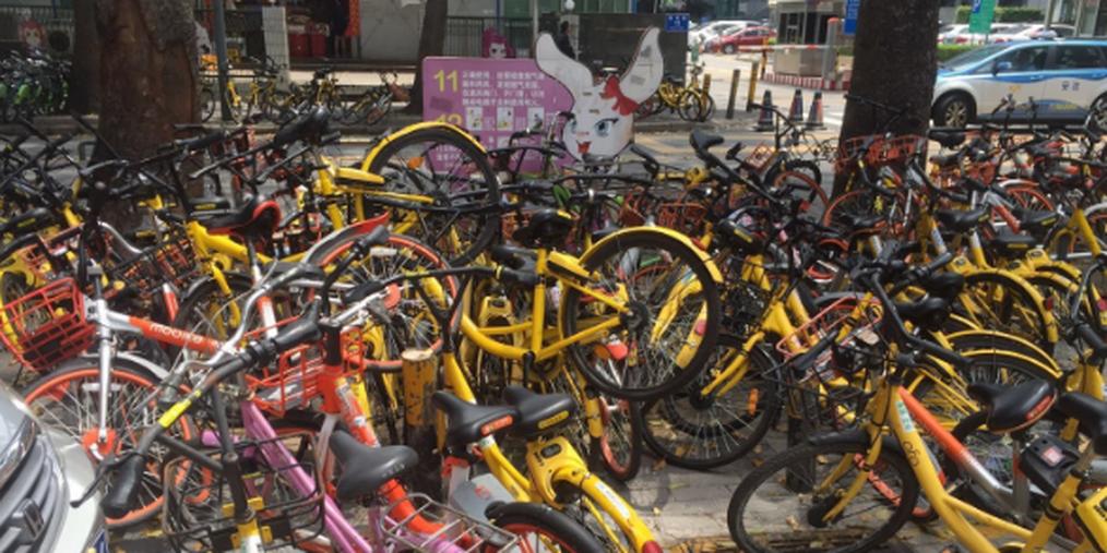 深圳这条路上单车乱摆放 严重影响通行