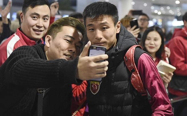 上港冬训结束回国 武磊与球迷合影