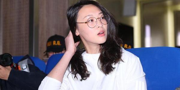 惠若琪宣讲人气爆棚 披肩长发配眼镜超清新
