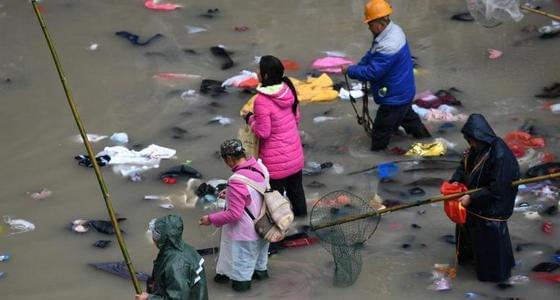 数万人桥上扔钱祈福 竹竿帮桥下捞金