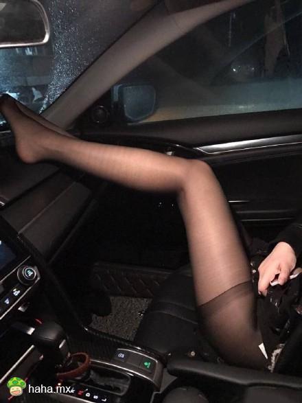 每日易乐:小姐姐的车坏了吗 需要我帮你吗?
