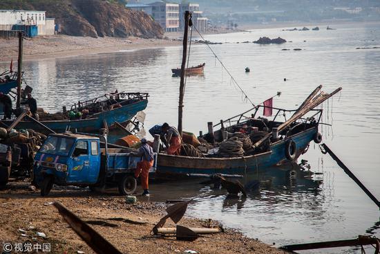 旅顺口大连医科大学外的海湾里的小渔村中一景 / 视觉中国