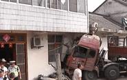 重型半挂牵引车撞破居民房墙 司机被困