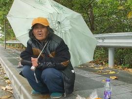 五旬阿姨流落东莞街头 独自蹲冷雨风中不愿受救助
