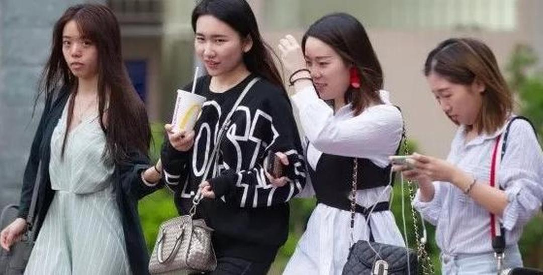 广东大范围降温 美女在街头冷的直打哆嗦