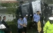 泰州一大客车侧翻河边 致1人死亡
