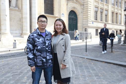 张佳欢同学(左)在巴黎街头接受采访(摄影:周成刚)