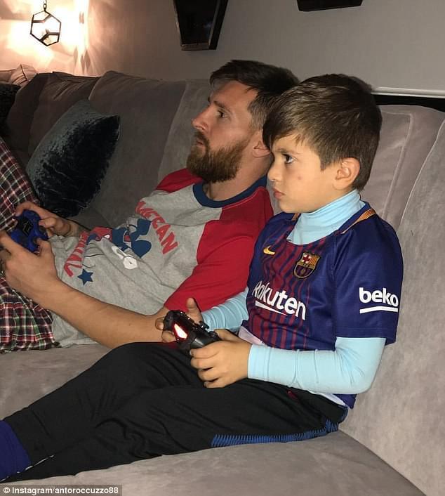 有爱!休假梅球王陪儿子打FIFA 西甲主席:他已续约