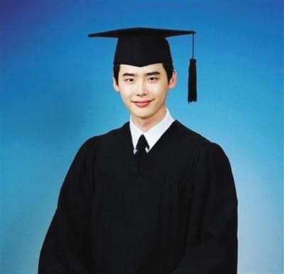 李钟硕建国大学电影艺术系毕业照