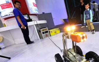 市民逛展体验身边的高科技 管道机器人神通广大
