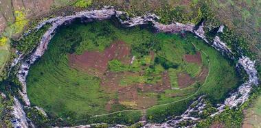 探访云南镇雄天坑群 最深150米坑底有人住