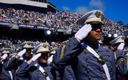 美国西点军校举行毕业典礼