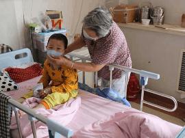 岛城一4岁半男孩患白血病三年 现在急需帮助