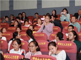 少年儿童励志电影《旋风女队》在面向师生城市点映和农