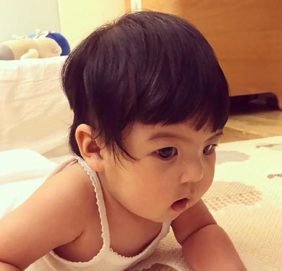 贾静雯为小女儿理发 剪完头发的bo妞有些郁闷_网易娱乐图片