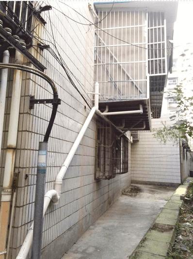 """小区现""""最牛阳台""""楼房三面加建阳台 仅靠一根钢管支撑"""