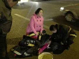 女子晕倒街头 消防官兵紧急救援
