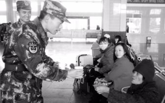 """""""青春情暖""""雷州消防官兵志愿者情暖旅客"""