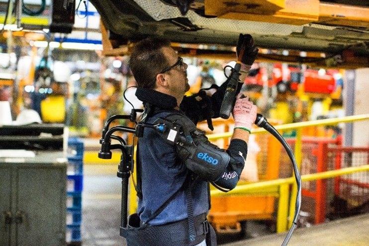 福特工人变身钢铁侠,利用外骨骼减缓其操作压力