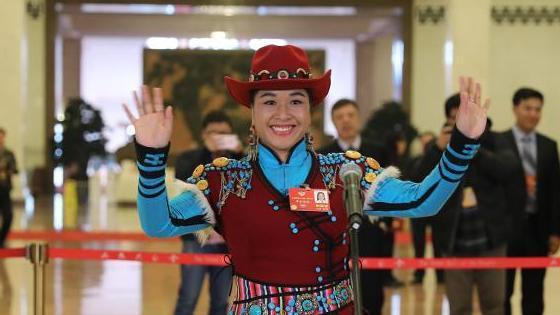 代表委员通道首次传歌声 她现场演唱少数民族歌曲
