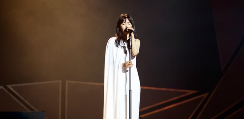 谭维维摘得内地年度最佳女歌手 露灿烂笑脸
