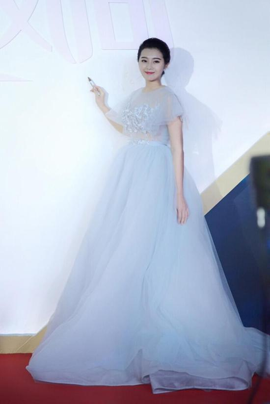 网易娱乐12月8日报道 12月6日,导演陆川携青年演员刘洁涵于北京受邀图片