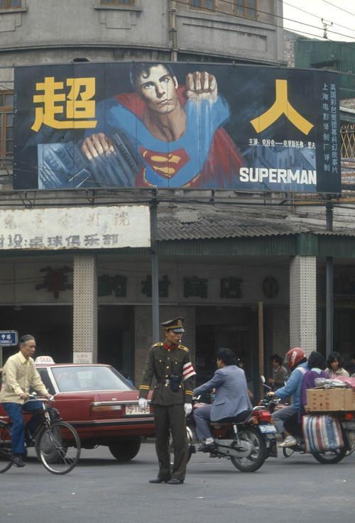 1985年,广州儿童电影院悬挂出《超人》的海报(图片来源于网络)