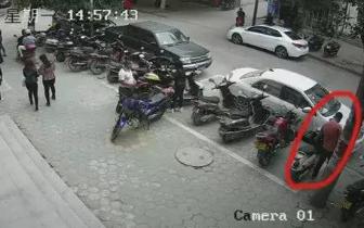 防城港一男子在车管所门口偷手机被监控拍得清楚
