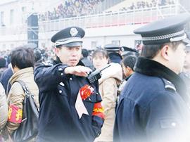 """武乡县数百名警民自发前往半坡村泪别""""老张"""""""