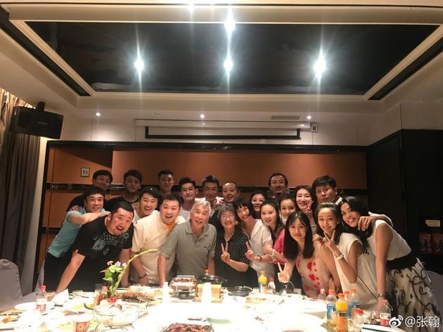 张翰毕业十周年与中戏师生聚会 保养有方显年轻