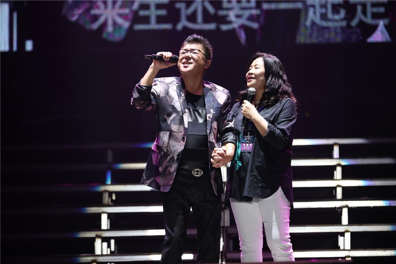 姜育恒长春演唱会万人合唱盛况空前 万芳优雅同台演绎经典