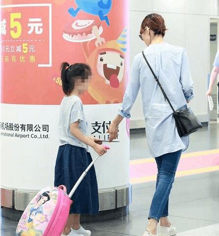 袁泉带女儿现身机场 网友:女神女儿这么大了?