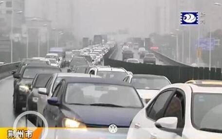 又到春运返程时 雨水中荆州境内高速迎客流高峰