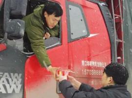 大雪致数百车辆滞留106国道 村民们冒雪免费送开水