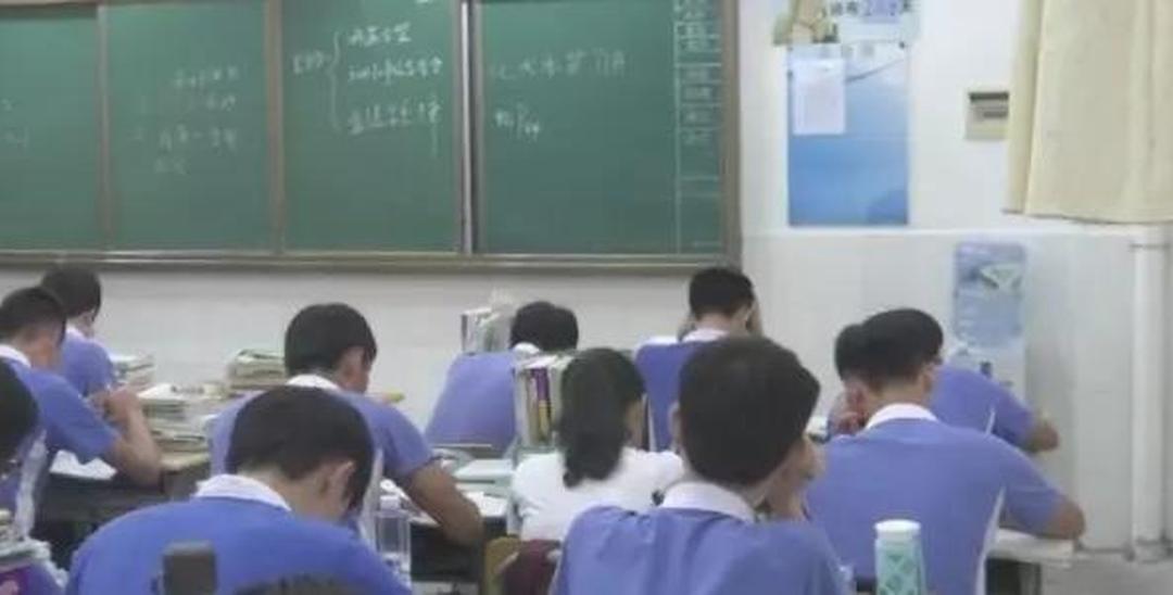 深圳一学校台风天学生上课 老师没在?是这回事