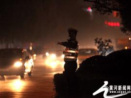 运城盐湖交警紧急疏导保道路通畅