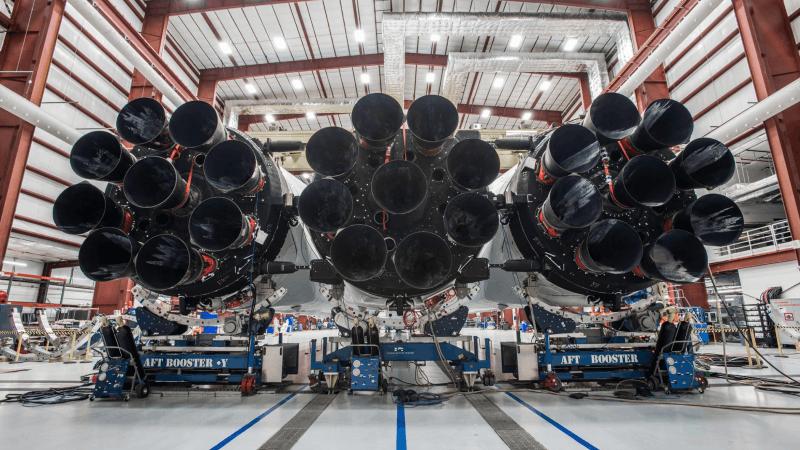 马克斯晒三枚SpaceX猎鹰重型火箭 将于明年初发射
