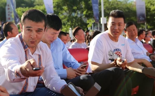 新疆举行冠军授车仪式 西热搞怪秀豪车钥匙