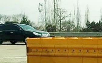 男子错过高速出口 为节省时间任性倒车险酿事故