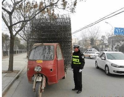 荆州交警二大队七中队开展三轮车专项整治行动