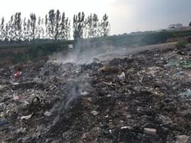 化工废料散发出刺鼻气味 气味难闻村民举报